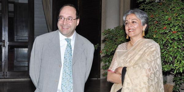 Инженер Matteo Volpe и архитектор Brinda Somaya в течение институционального события на итальянском посольстве Нью-Дели в Индии