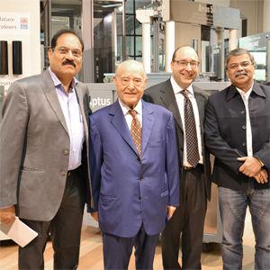 Несколько индийских клиентов на выставочном зале IGV вместе с Президентом и Генеральным Директором IGV