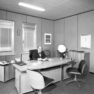 Инженер на своем кабинете в Segrate в семидесятые годы